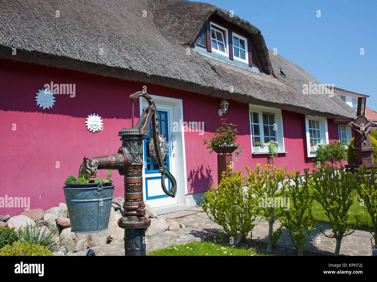 Water well in front of a thatched-roof house, Gross Zicker, Ruegen island, Mecklenburg-Western Pomerania, Baltic - Stock Image