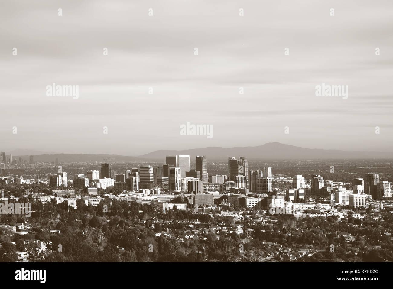 Die Skyline von Los Angeles mit verschiedenen Hochhäusern im Stadtzentrum umgeben von Parkanlagen und Infrastruktur. - Stock Image