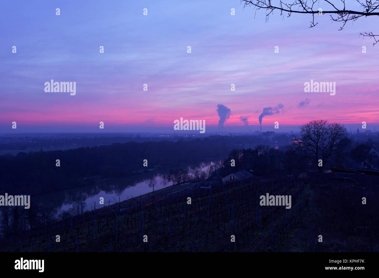 Blick von der Peterstirn mit seinen Weinlagen auf die Industriestadt Schweinfurt und ihr Umland in der Mainebene, Stock Photo