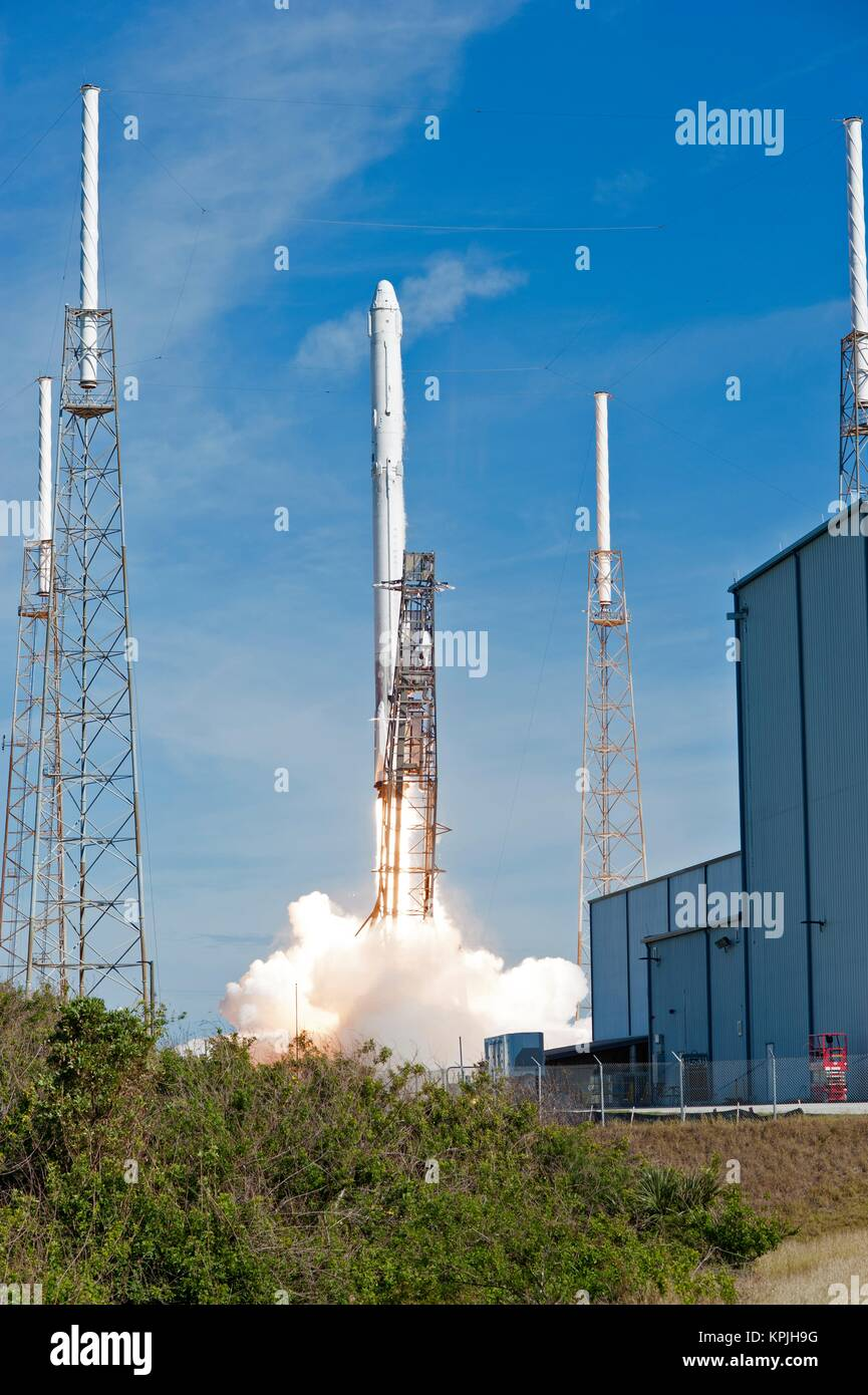 Cape Canaveral, Florida, USA. 15th December, 2017. The SpaceX Falcon 9 rocket carrying the Dragon capsule blasts Stock Photo