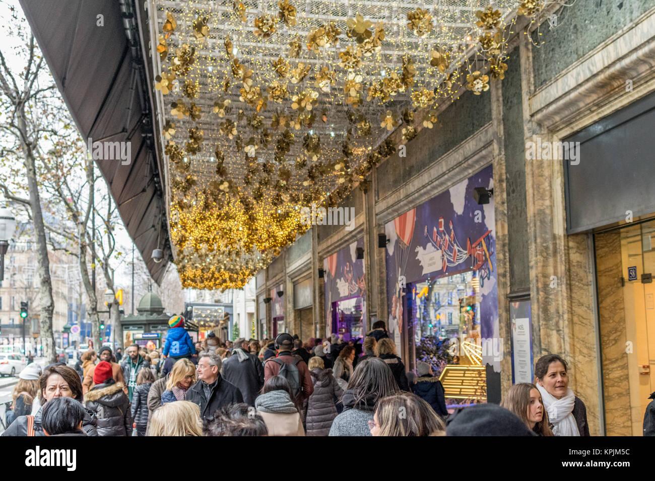 Paris, France. 16th December, 2017. Boulevard Haussmann, Paris, France - December 16, 2017 : Crowds gather to see - Stock Image