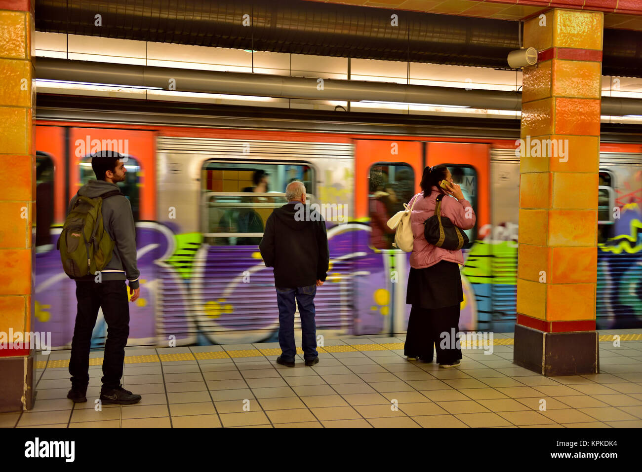 Passengers on platform waiting for train at Omonia metro station, Athens, Greece - Stock Image