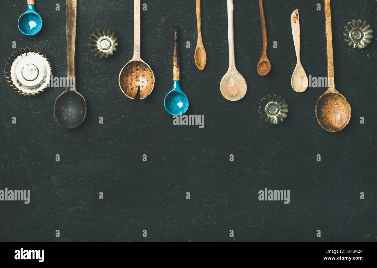 Flat-lay of old vintage kitchen spoons and baking tin molds - Stock Image