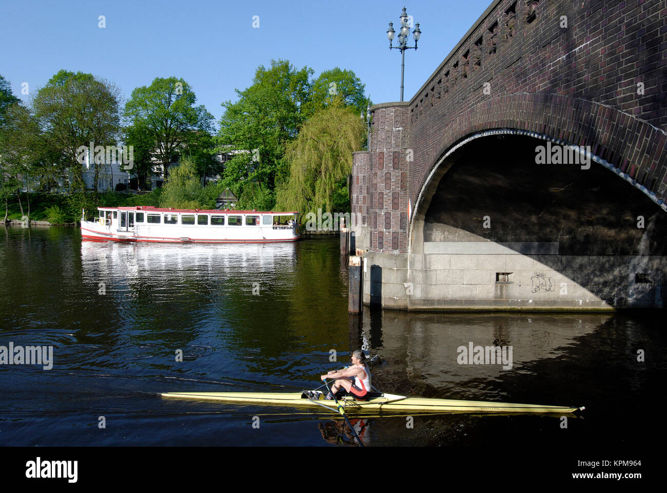 Hamburg, one of the most beautiful and most popular tourist destinations in the world. Canoeist at the Krugkoppelbrücke - Stock Image