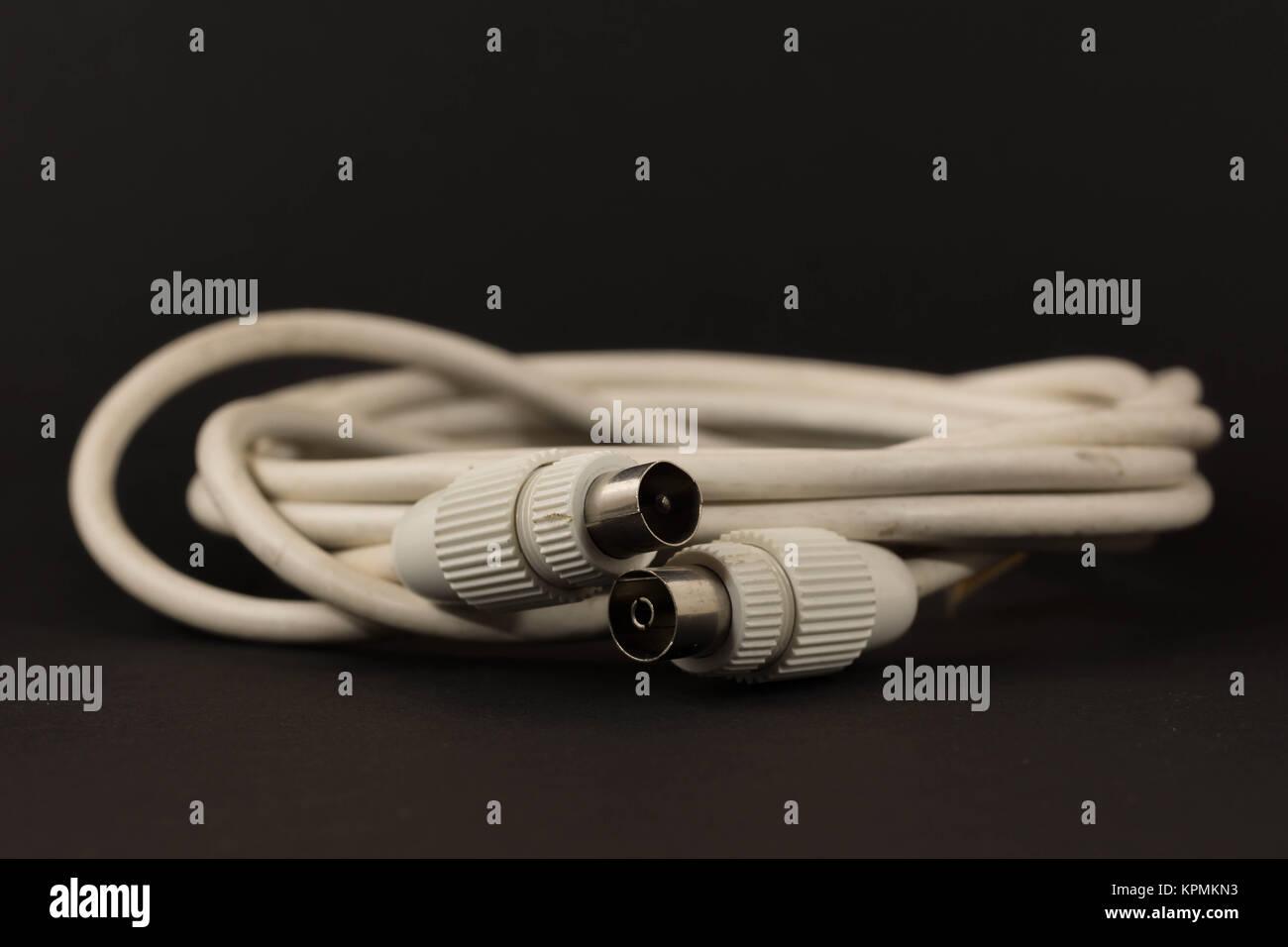 Weißes Antennenkabel vor schwarzem Hintergrund - Stock Image