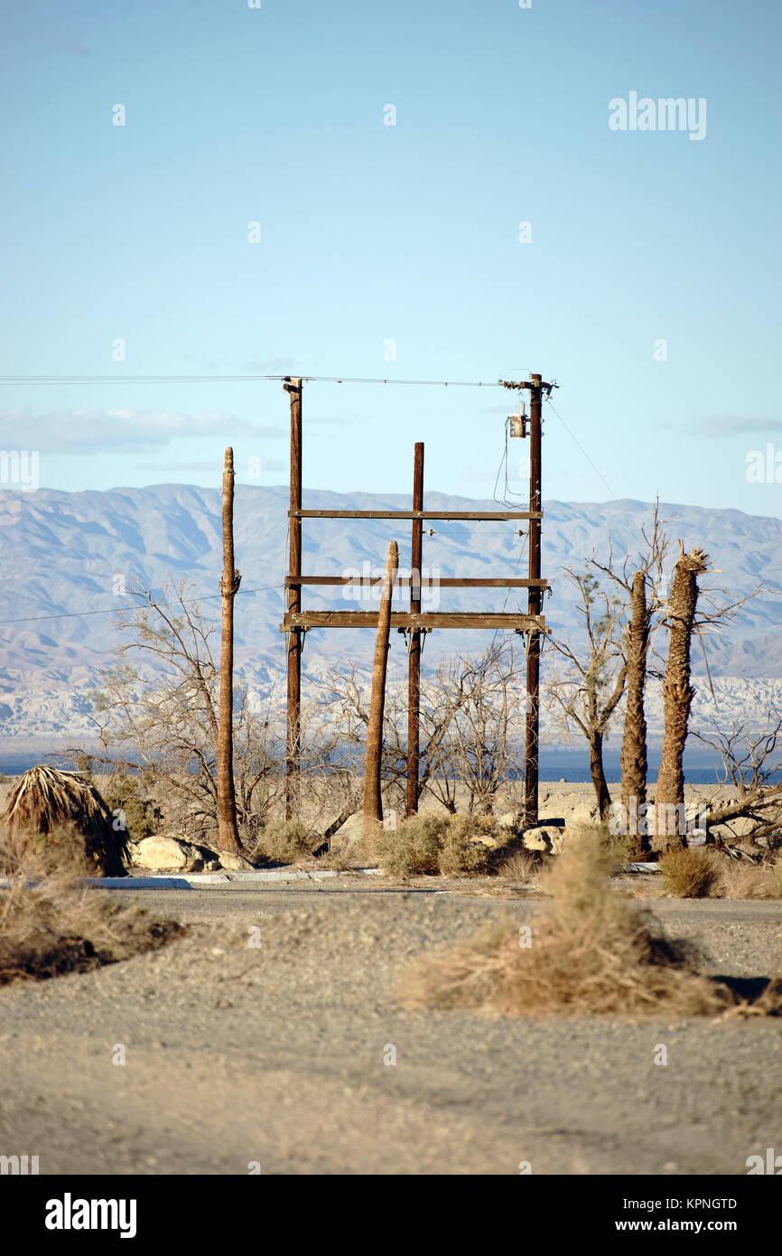 Ein Funkmast und Telefonmast stehen in der Wüste am Saltonsee in der in der Geisterstadt Salton City. - Stock Image