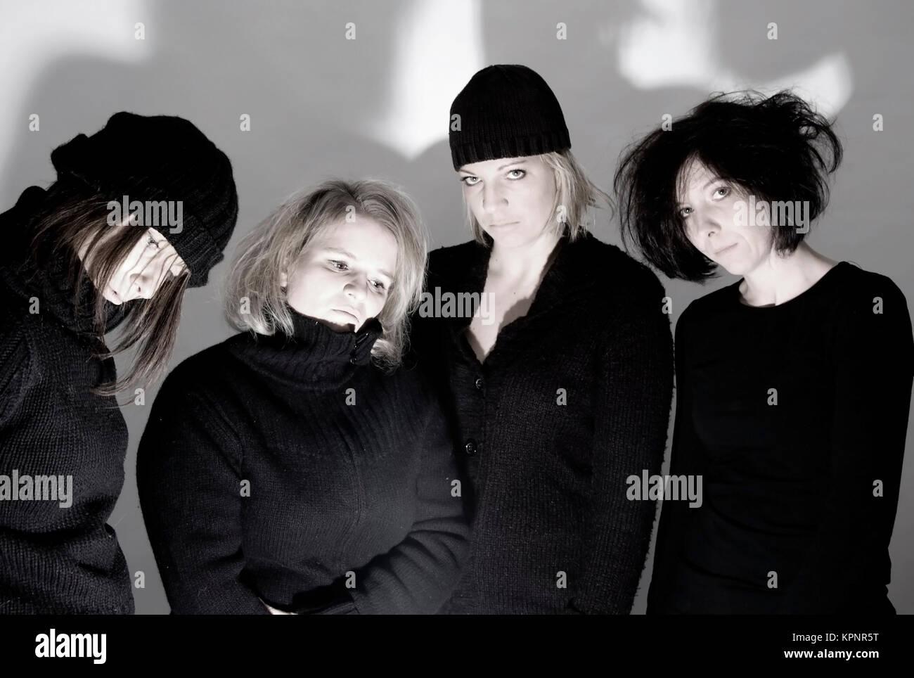 Vier gelangweilte Frauen im schwarzen Outfit - four boring women in black outfit - Stock Image