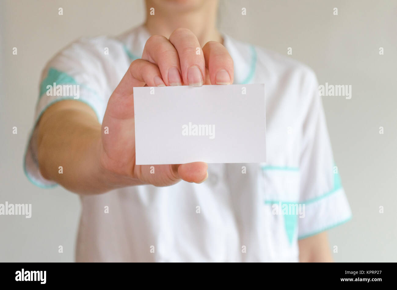 Doctor\'s hand holding blank business card Stock Photo: 168937951 - Alamy
