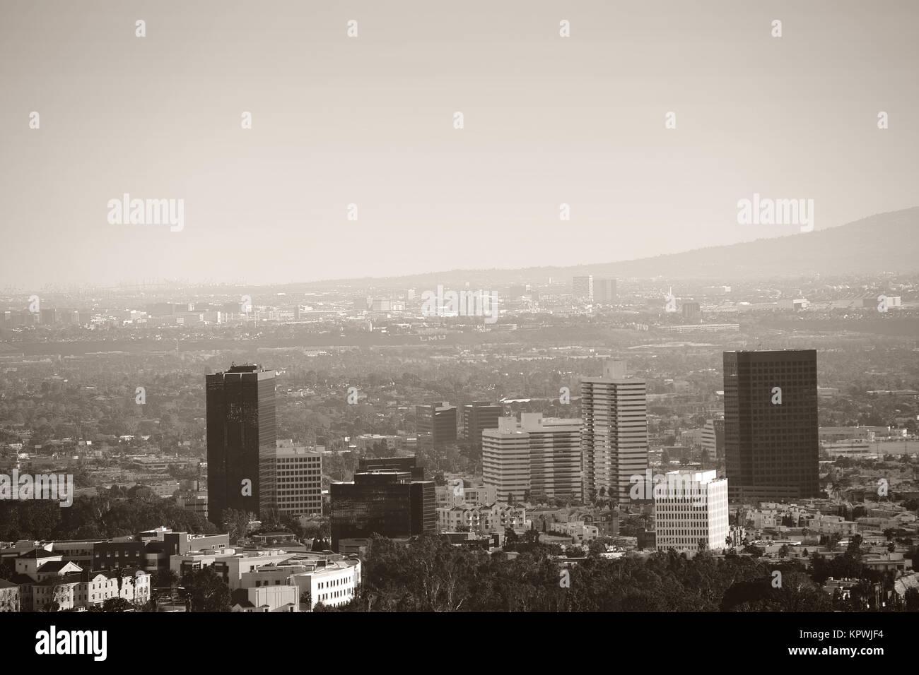 Die Skyline im Stadtzentrum von Los Angeles mit verschiedenen Hochhäusern umgeben von Parkanlagen und Infrastruktur. - Stock Image