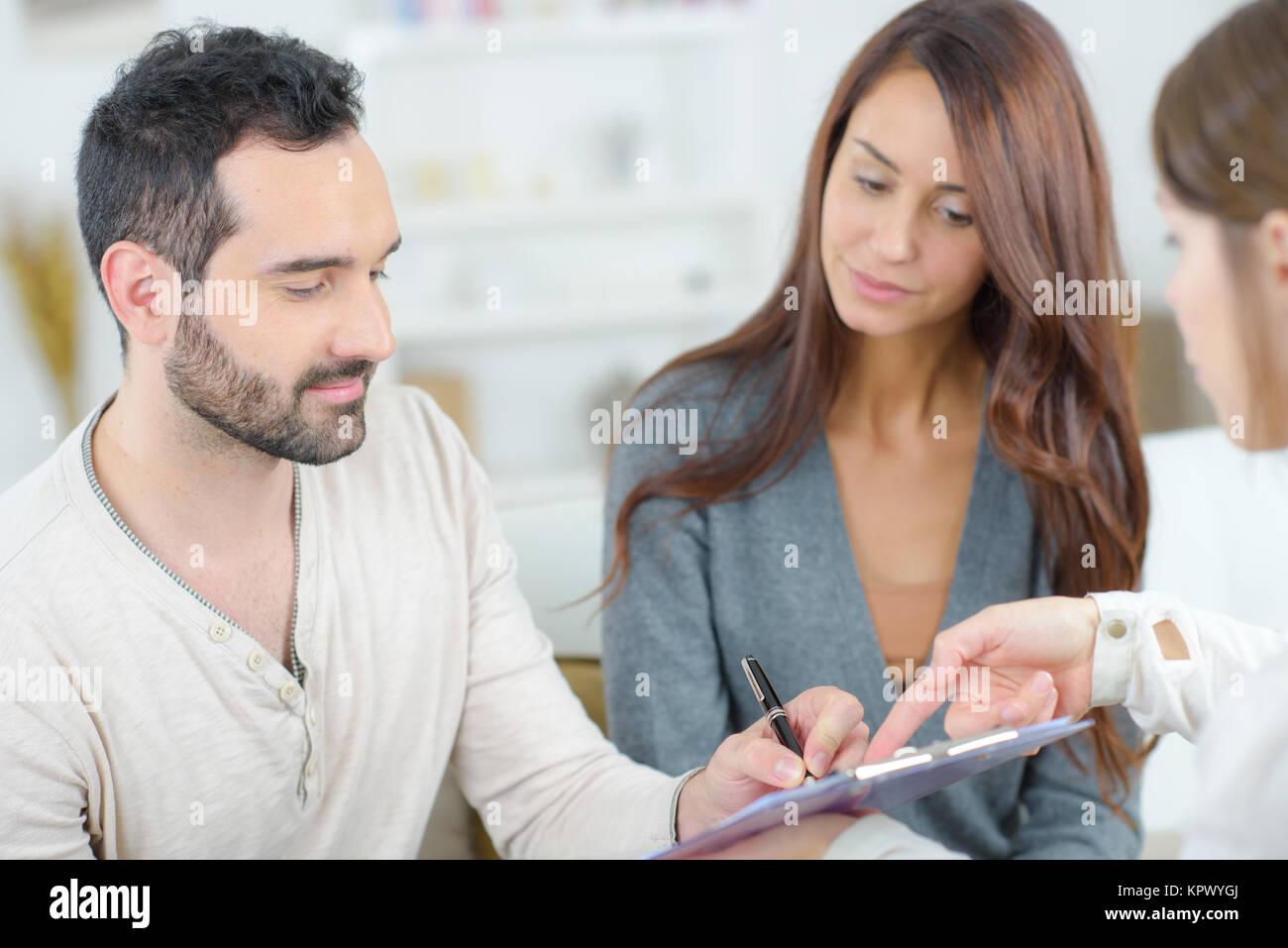 couple signing form - Stock Image