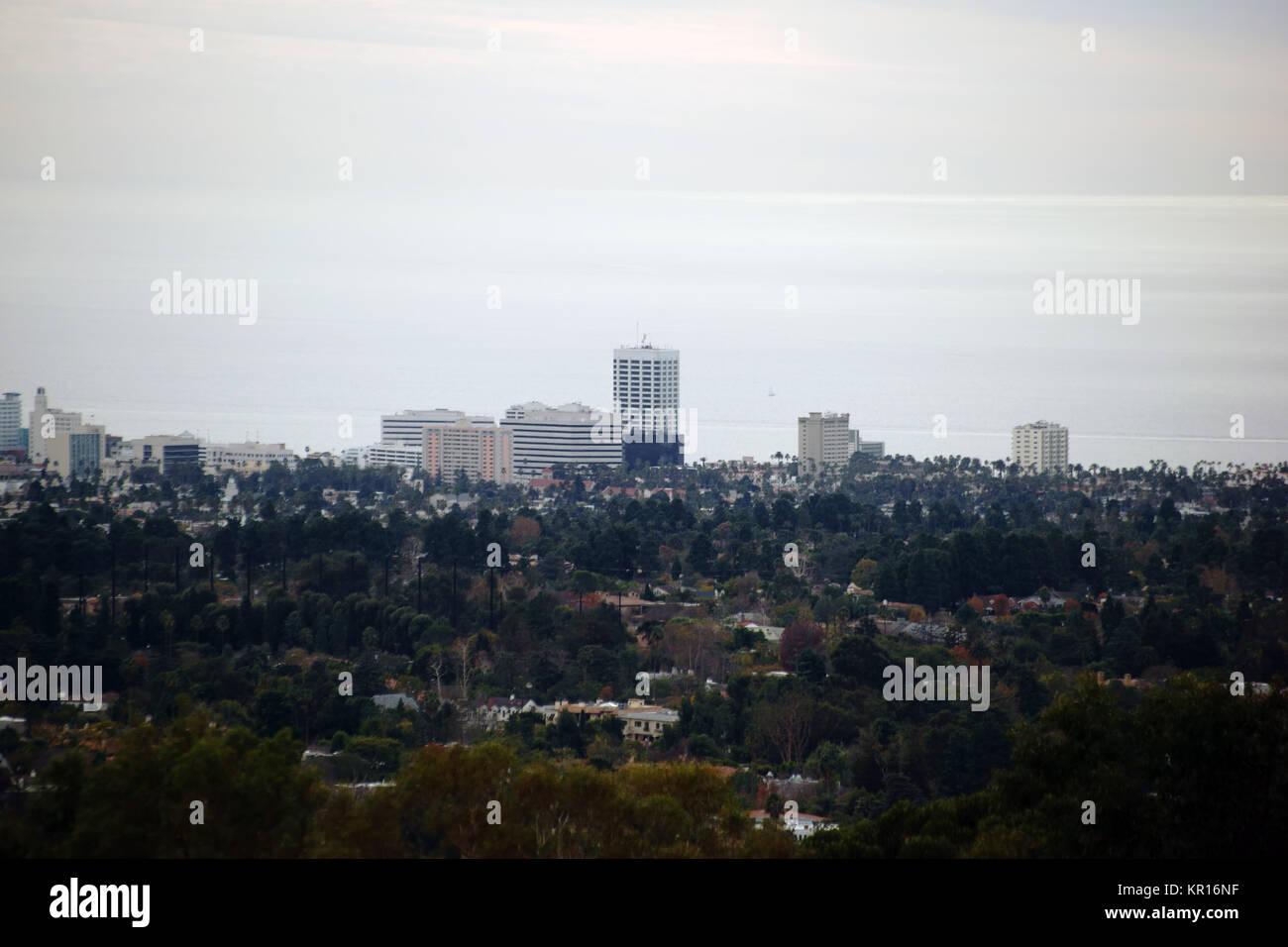 Die Skyline von Los Angeles mit verschiedenen Hochhäusern an der Küste des Pazifischen Ozeans. - Stock Image