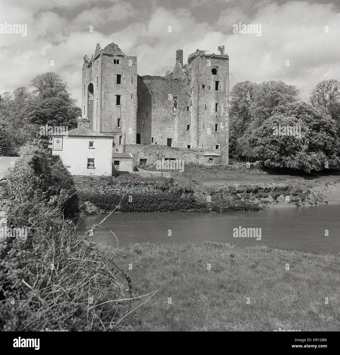 1950s, exterior view of the medieval tower house, Bunratty Castle, Co Clare, Ireland, showing the ancient building - Stock Image