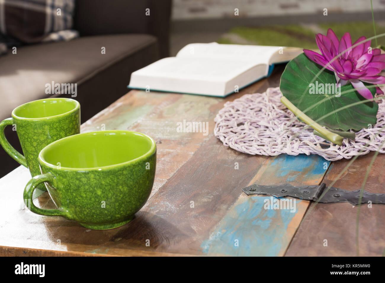 Tisch im Design einer Schatztruhe dekoriert Stock Photo