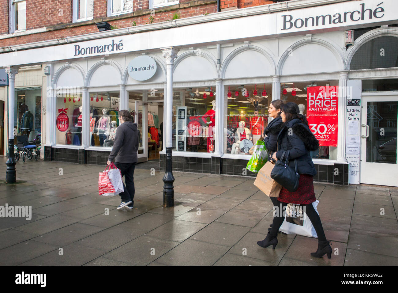 Southport, Merseyside, UK 18th December, 2017. Misty Foggy day for Christmas shopping in Lord Street as last minute Stock Photo