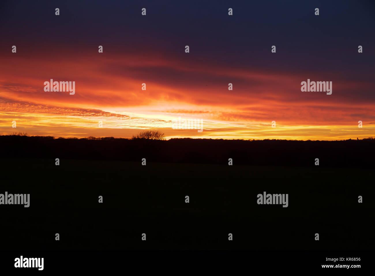 New Addington, UK. 19th Dec, 2017. Red sky over New Addington, Surrey Credit: Keith Larby/Alamy Live News - Stock Image