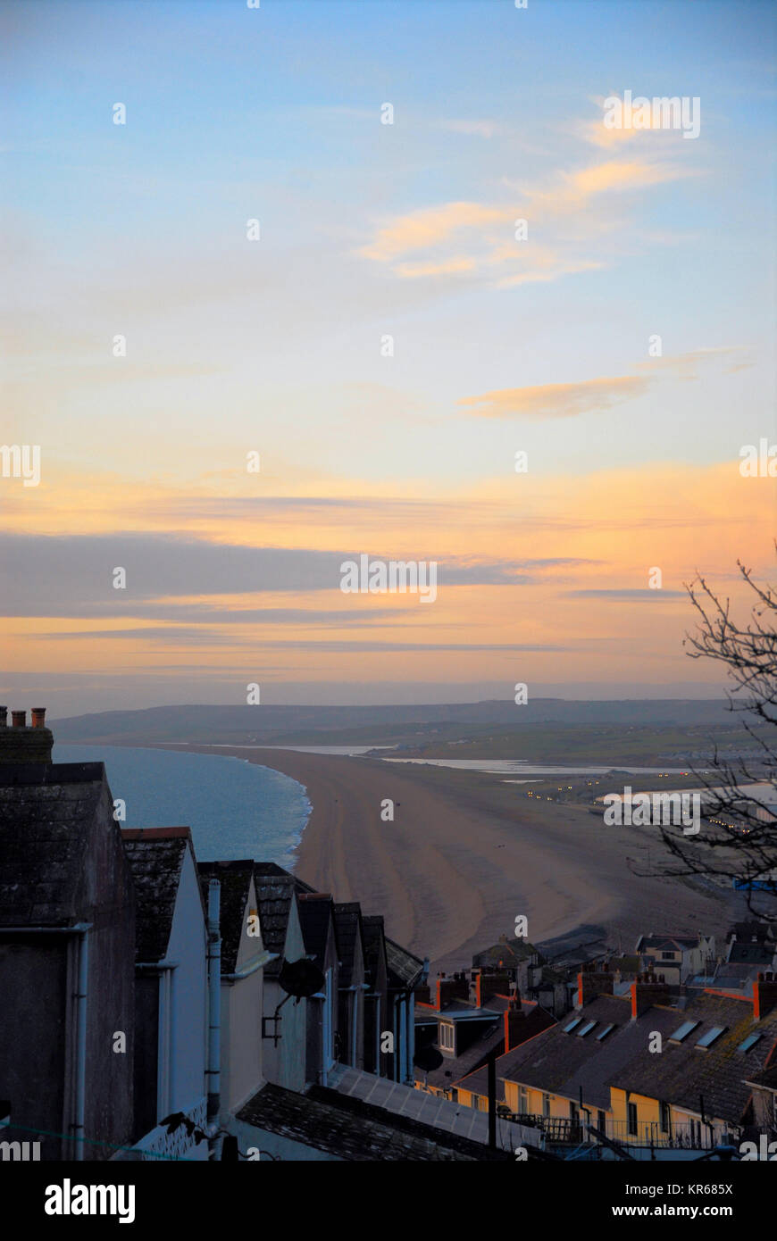 Portland, Dorset. 19th December 2017 - Candy-floss clouds over Chesil Beach at sunset, seen from Fortuneswell on - Stock Image