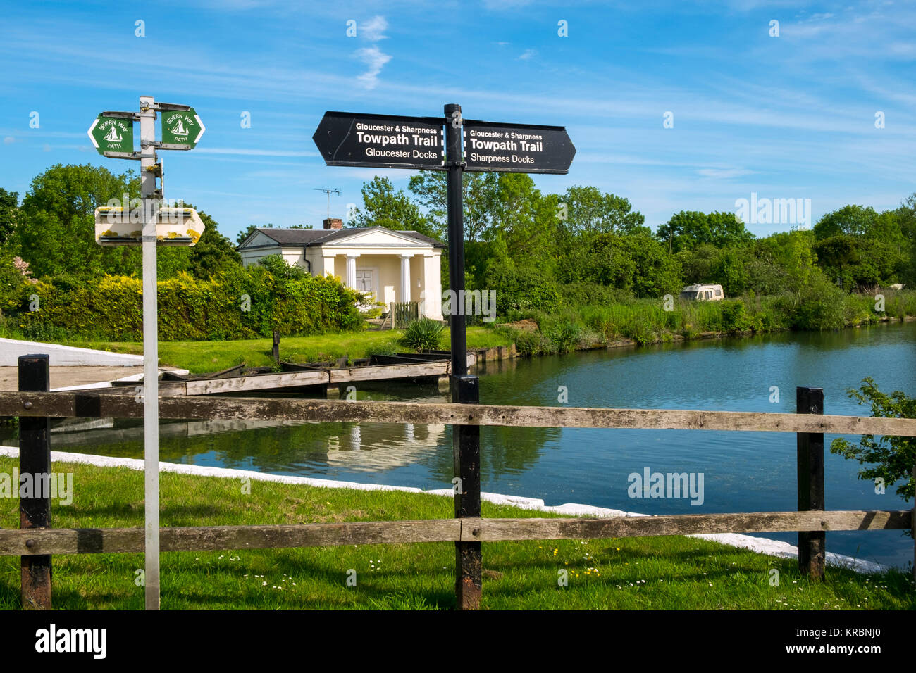 Sign posts for the Towpath Trail alongside the Severn Way Path at Splatt Bridge and bridge keepers cottage on the - Stock Image