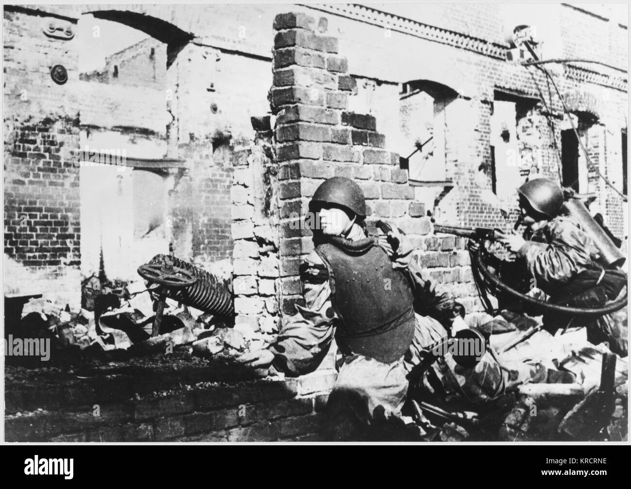 House to house fighting during the bitter battle amongst the ruins of the battered city of Stalingrad (Volgograd), USSR. Date: 1942-1943 Stock Photo
