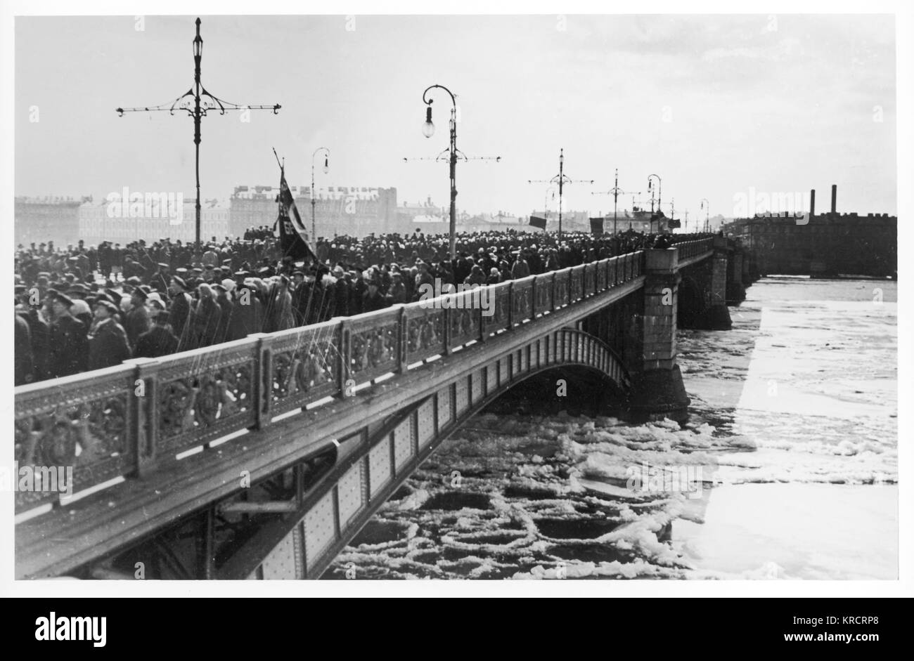 RUSSIAN REVOLUTION - Petrograd : May Day supporters cross Troitsky (Trinity) Bridge to reach the Winter Palace. - Stock Image