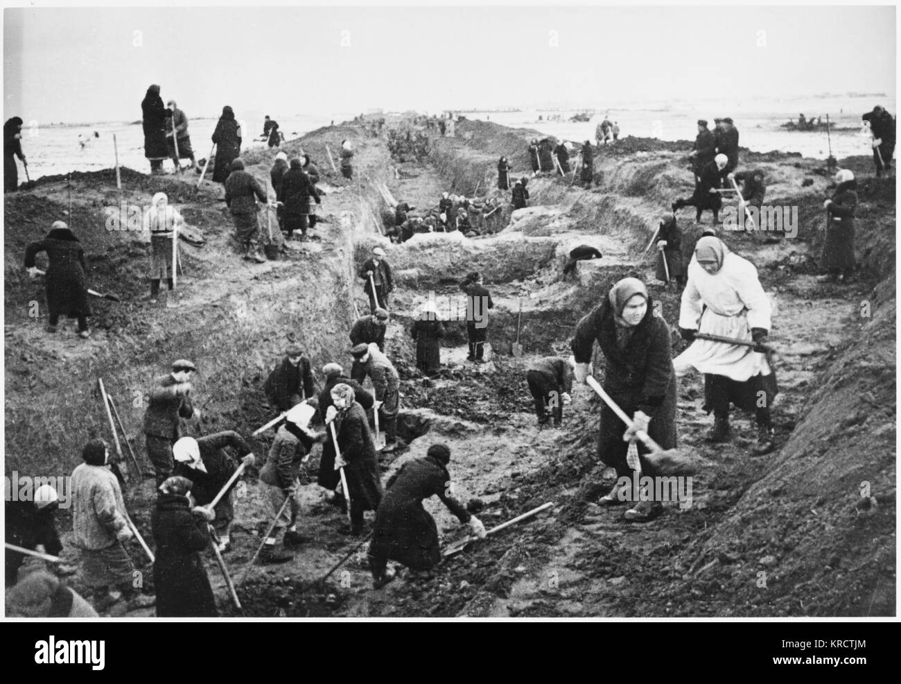 Approximately half a million Muscovites take part in the digging of anti-tank ditches around Moscow. Date: 1941 - Stock Image