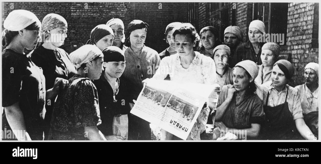 Soviet women factory workers read Pravda on the day the Anglo-Soviet Agreement is announced. Date: 12 July 1941 - Stock Image