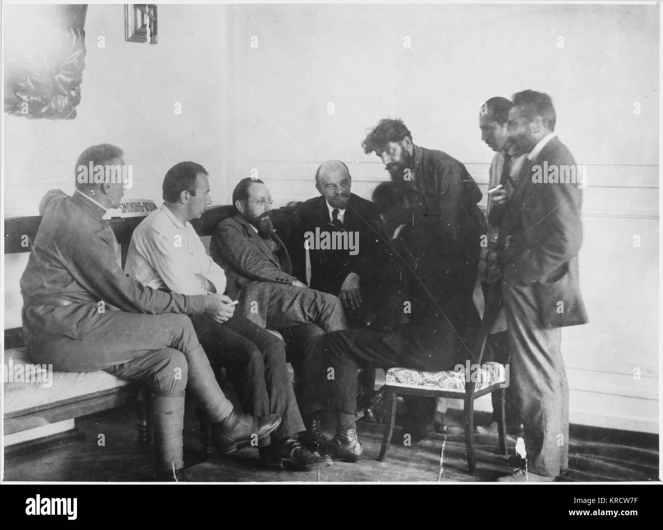 Lenin in conversation with members of the 2nd Congress of the Communist International (Comintern). Date: 1920 - Stock Image