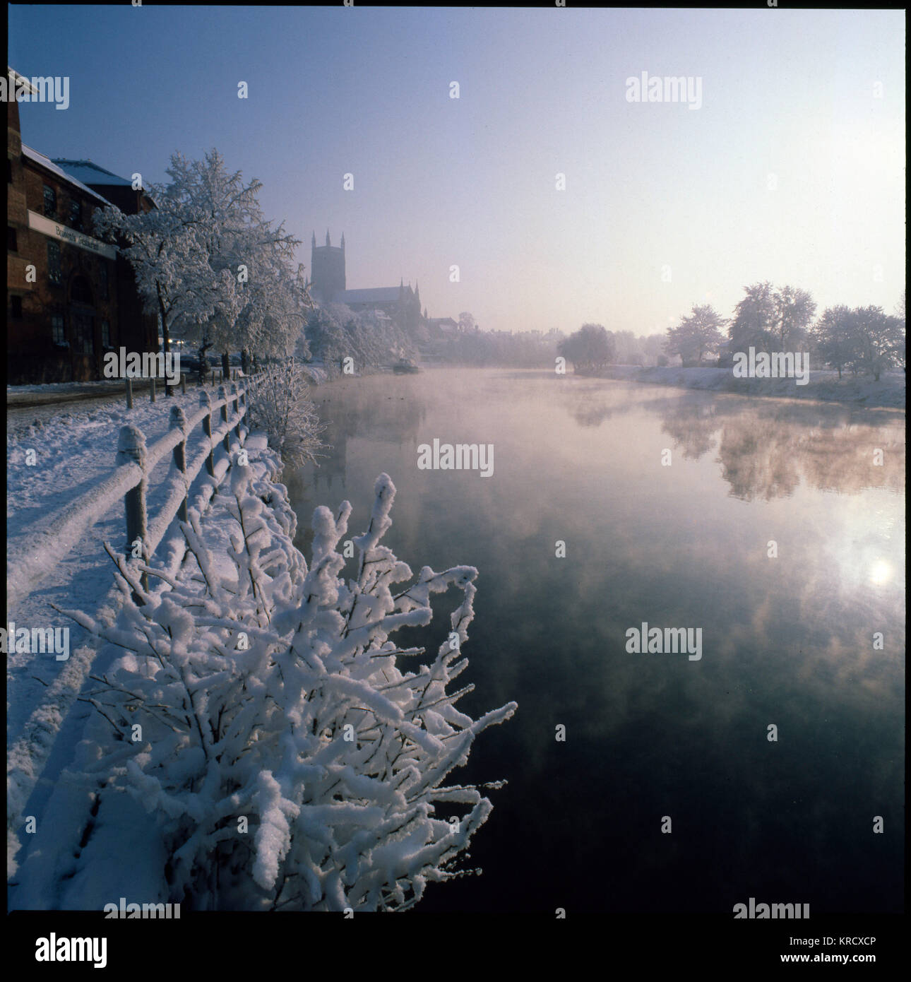 The South Quay and River  Severn, Worcester, seen on a  frosty winter's morning, with  the cathedral in the - Stock Image