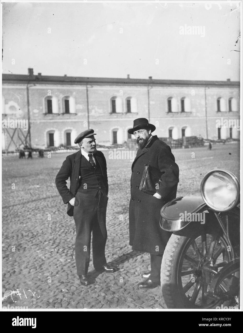 VLADIMIR LENIN  Russian statesman (left), at  the Kremlin, Moscow, Russia.       Date: 1918 - Stock Image