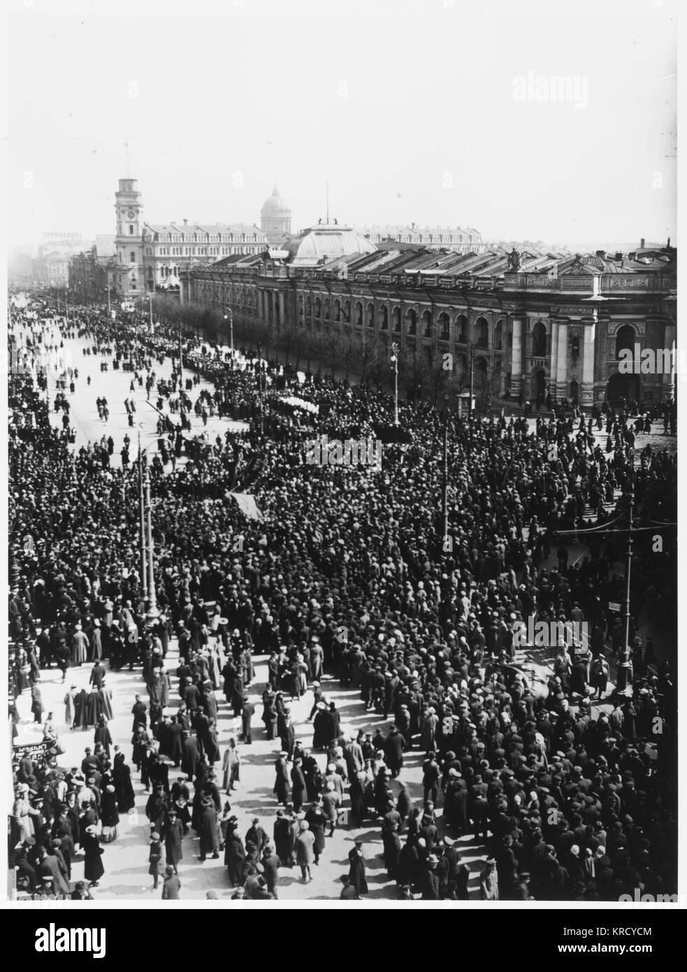 May Day demonstration on the  Nevski Prospekt, Petrograd.         Date: April 1917 - Stock Image