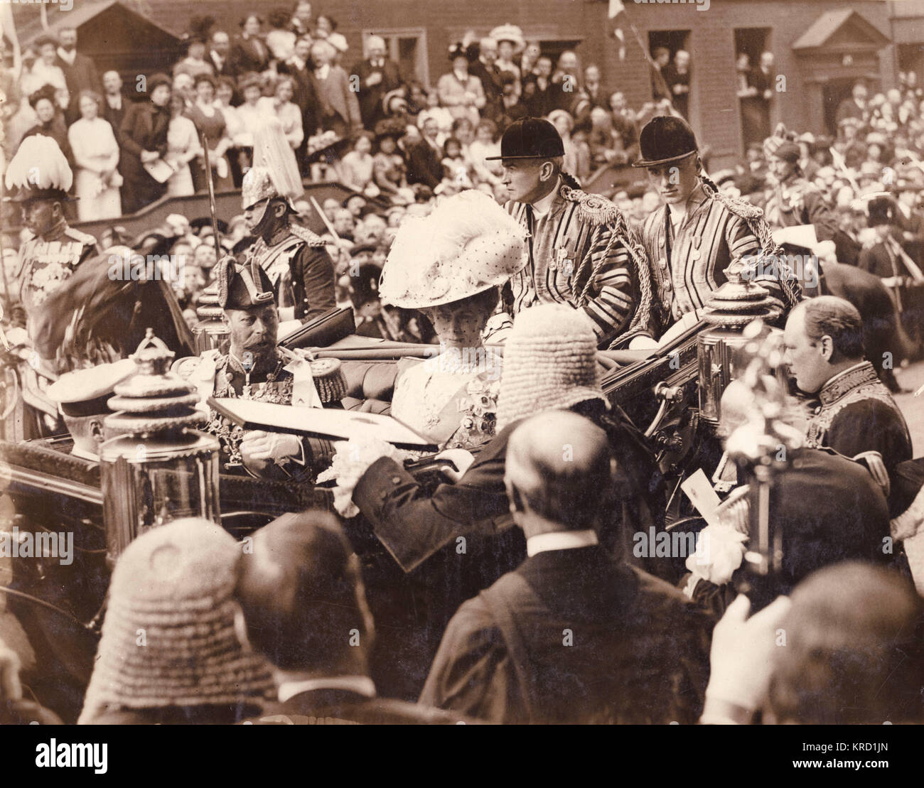 King George V receiving an Address from the Benchers (senior lawyers) at Gray's Inn, London.  Queen Mary sits - Stock Image