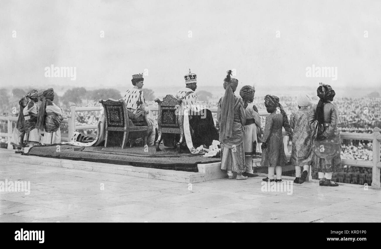 King George V and Queen Mary sitting on their imperial thrones on the day following the Coronation Durbar ceremony - Stock Image