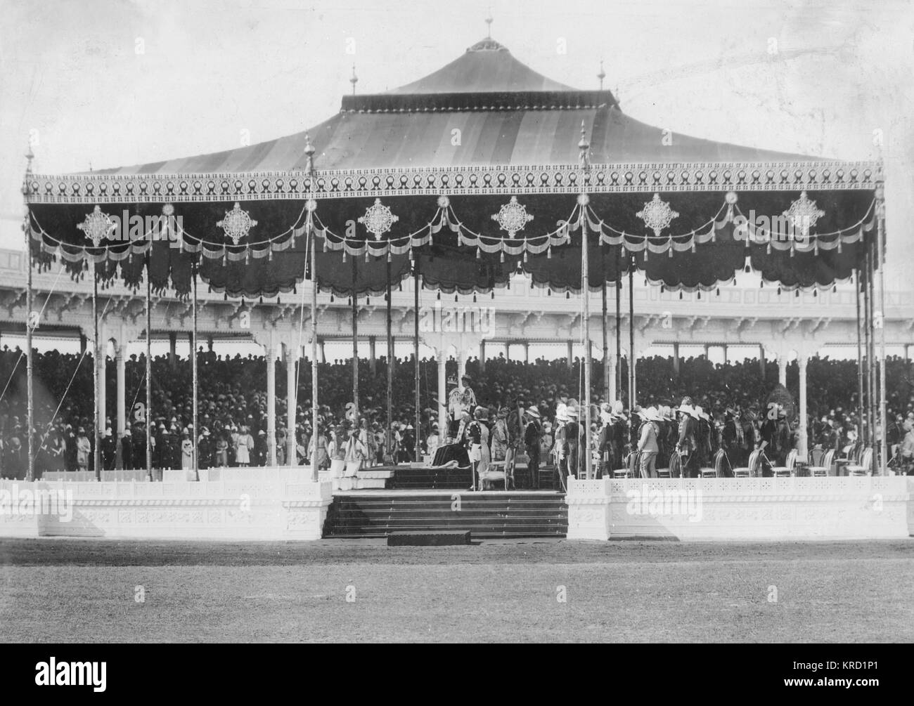 King George V reading the proclamation to a large crowd at his Coronation Durbar ceremony in Delhi, India.      - Stock Image
