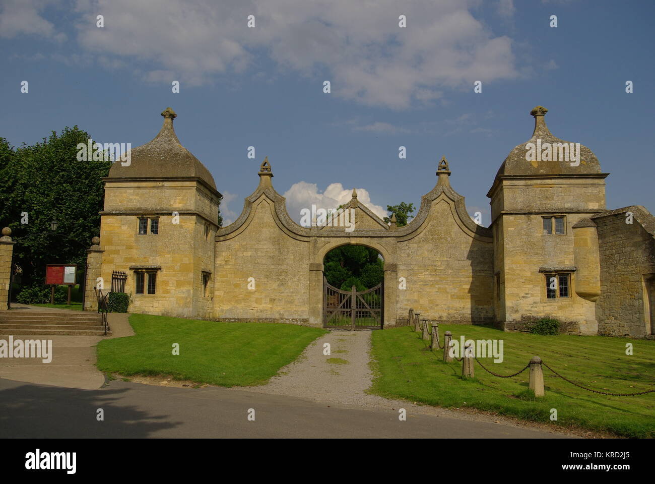 Lodge gates to a former mansion at Chipping Campden, Gloucestershire.      Date: 2009 - Stock Image