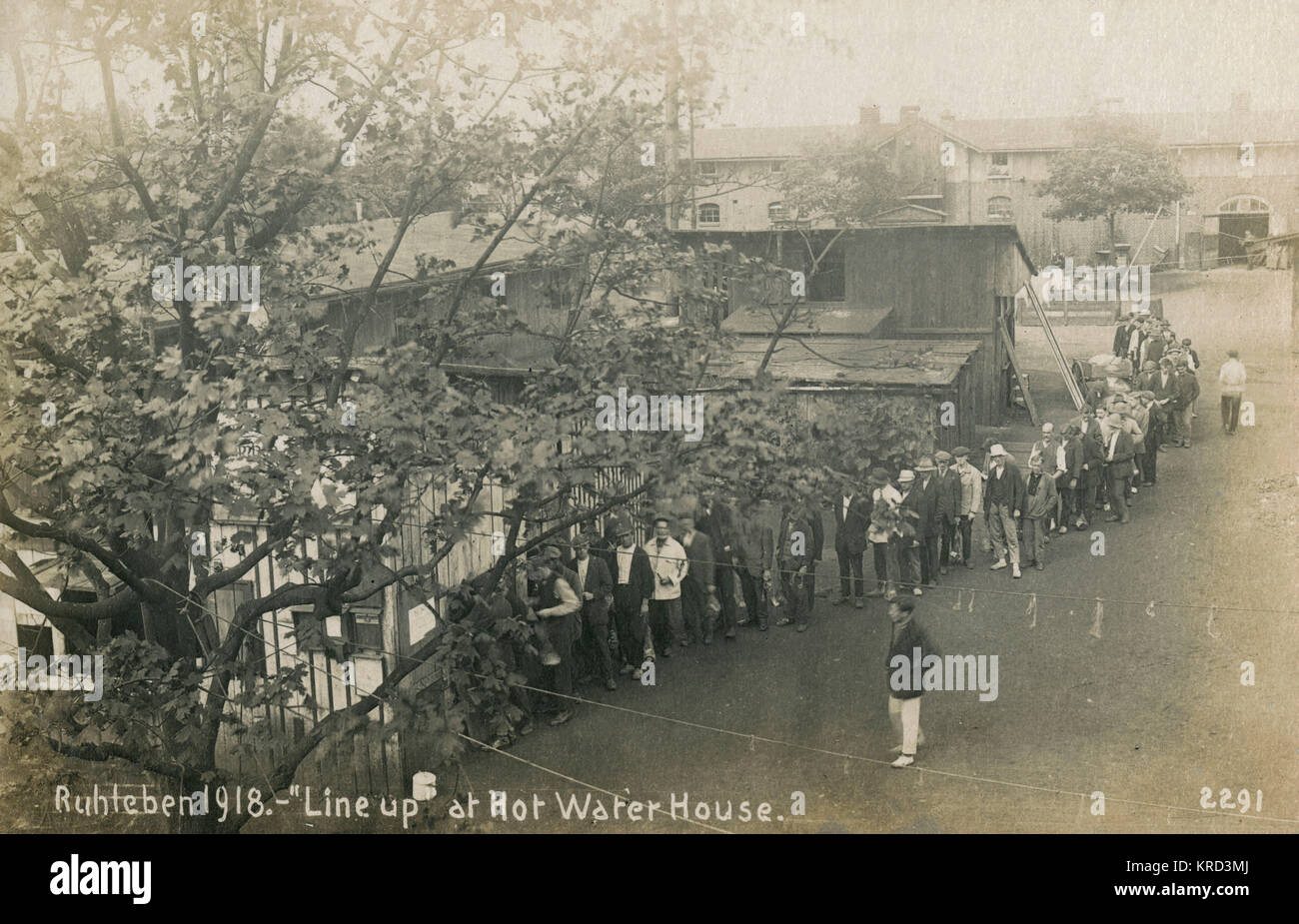 Inmates of the Ruhleben civilian internment camp near Berlin, queue up at the hot water house.  The Ruhleben camp - Stock Image