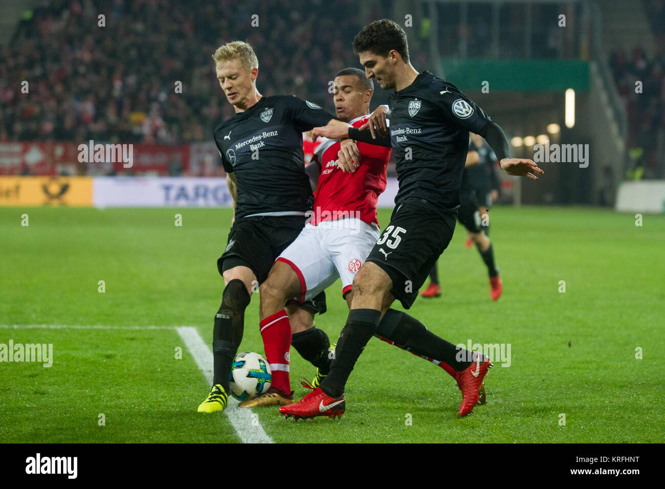 Robin QUAISON (mi., MZ) versus Timo BAUMGARTL (li., S) und Marcin KAMINSKI (S), Aktion, Kampf um den Ball, Fussball, - Stock Image
