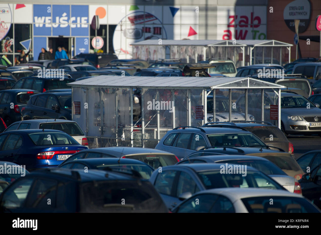 Gdansk, Poland. 20th Dec, 2017. Full parking of shopping mall Auchan before Christmas in Gdansk, Poland. 20th Dec. - Stock Image