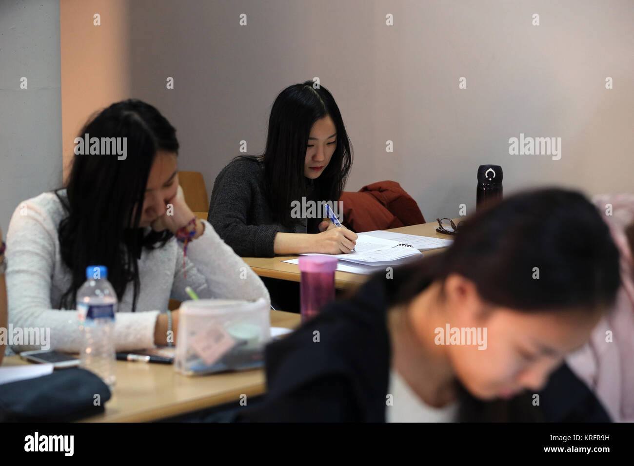 Athens. 15th Dec, 2017. Photo taken on Dec. 15, 2017 shows Chinese students attending a class at the Modern Greek - Stock Image