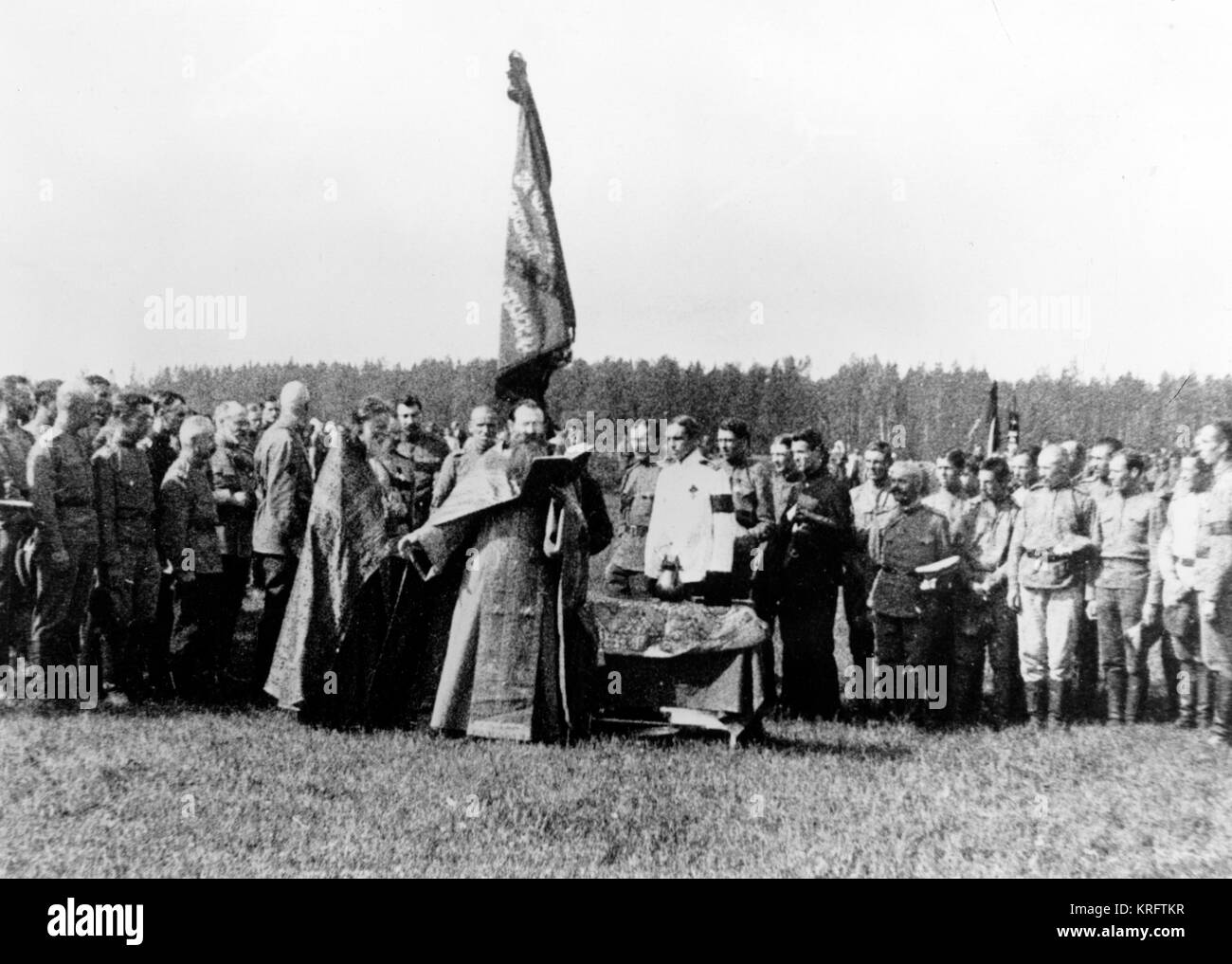 WW1 - Russian Troops blessed by Russian Orthodox Priest before offensive - June 1917     Date: 1917 - Stock Image