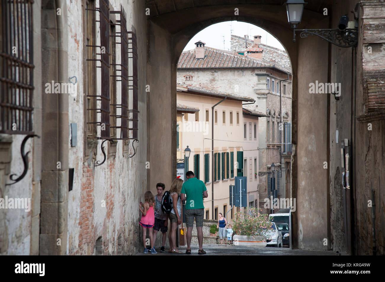 Via del Castello in Historic Centre of Colle di Val d'Elsa, Tuscany, Italy. 1 August 2016 © Wojciech Strozyk / Alamy Stock Photo