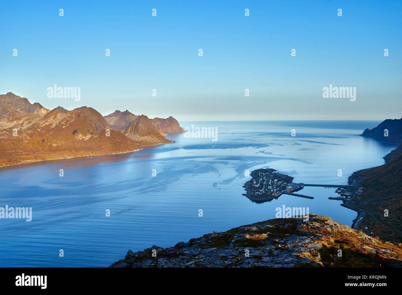 Island fishing village of Husoy in Oyfjorden, Senja, Lenvik, Troms, Norway - Stock Image