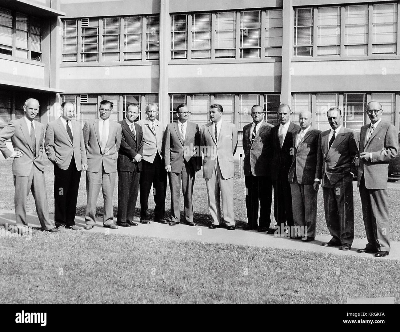 DR. VON BRAUN AND THE ORIGINAL GERMAN TEAM AT BLDG. 4488 LED ARMY'S SPACE EFFORTS AT ABMA BEFORE TRANSFER OF THE TEAM TO MSFC. (L. TO R.) DR. ERNST STUHLINGER, DR. HELMET HOELZER, KARL L. HEIMBURG, DR. ERNST GEISSLER, ERICH W. NEUBERT, DR. WERNHER VON BRAUN, WILLIAM A. MRAZEK, HANS HEUTER, EBERHARD REES, DR. KURT DEBUS, AND HANS H. MAUS. Twelve Scientific Specialists of the Peenemuende Team Stock Photo