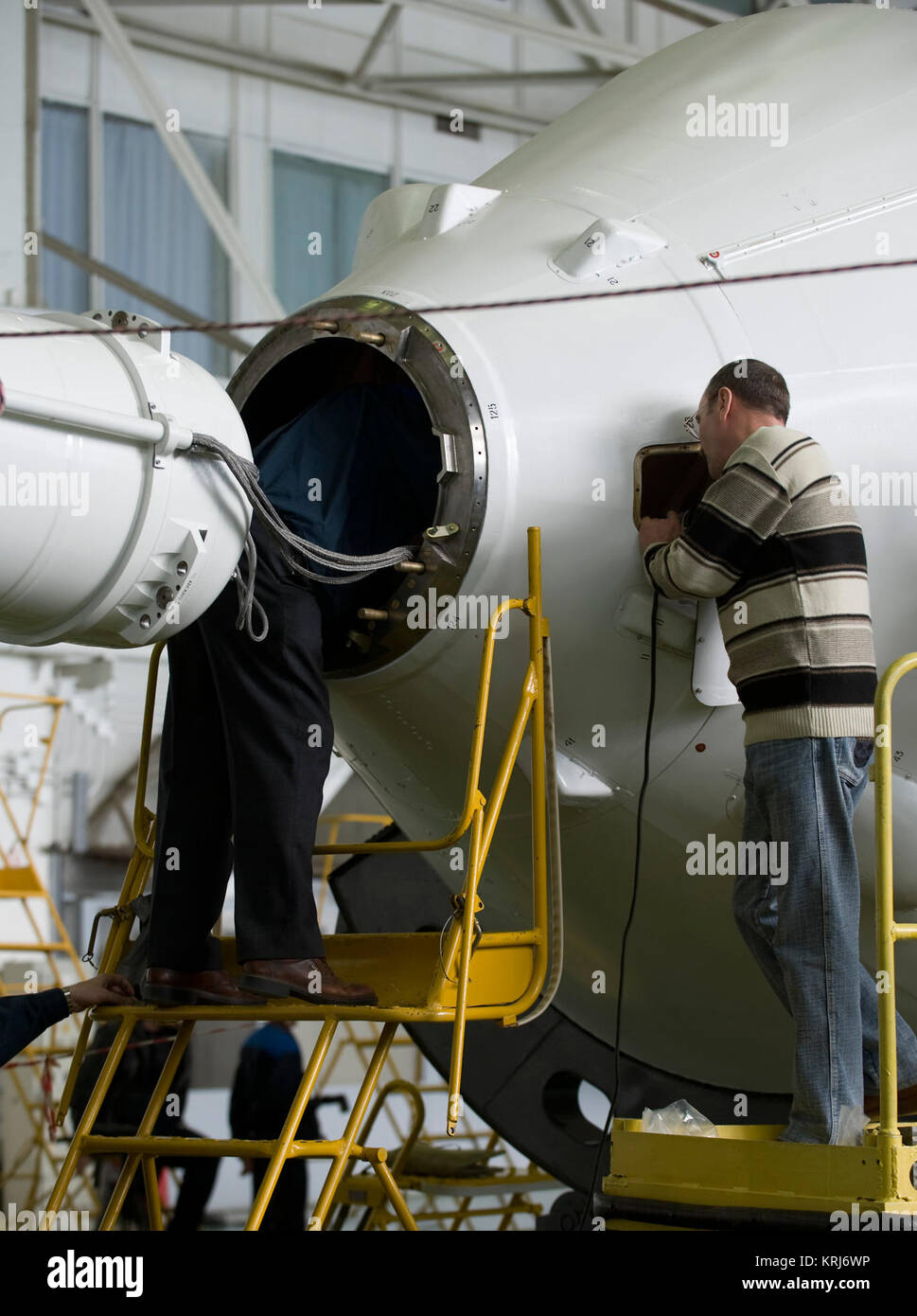 Russian engineers prepare the Soyuz TMA-14 spacecraft and boosters for mating Monday, March 23, 2009 at the Baikonur - Stock Image