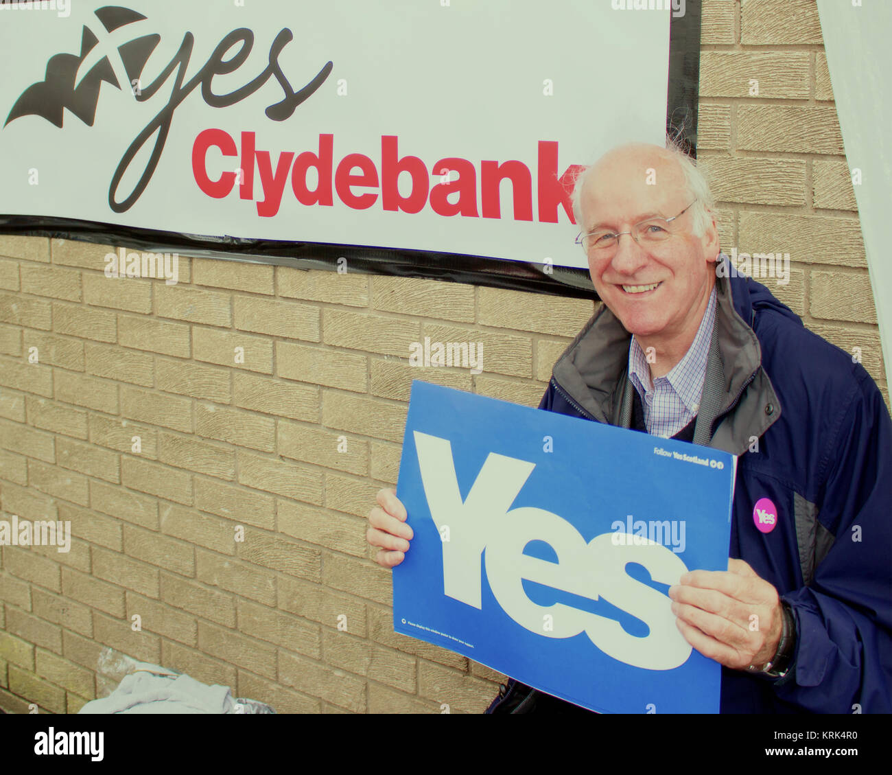 Gil Paterson, MSP for Clydebank and Milngavie, campaigns for Yes Clydebank on 16th August, 2014, Clyde Shopping - Stock Image