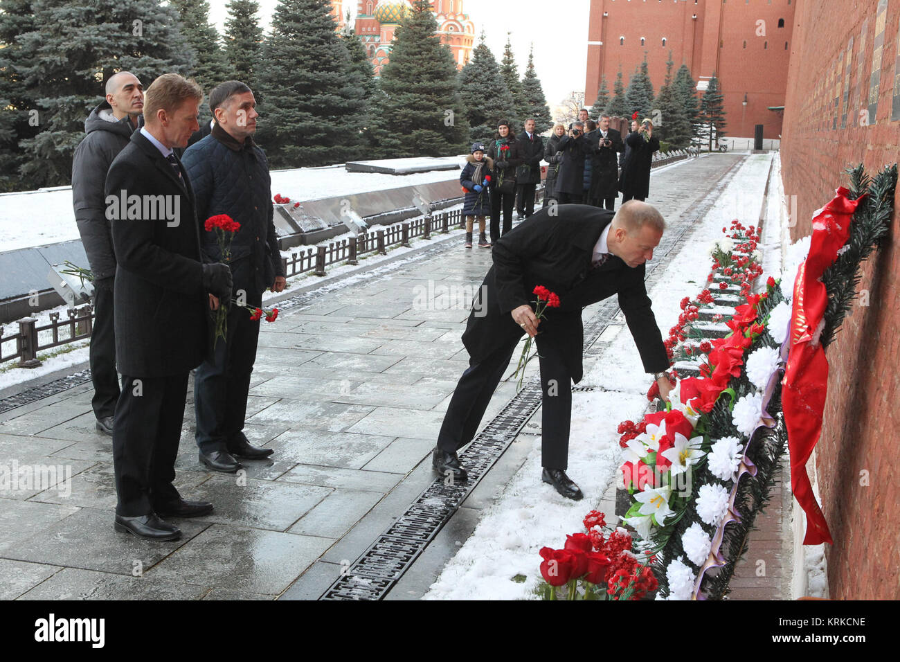 At the Kremlin Wall in Red Square in Moscow, Expedition 46-47 crewmember Tim Kopra of NASA lays flowers at the site - Stock Image