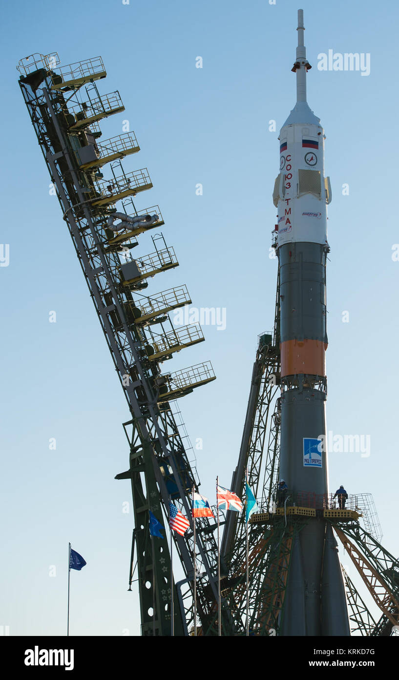 The gantry arms begin to close around the Soyuz TMA-19M spacecraft after it was raised into a vertical position - Stock Image