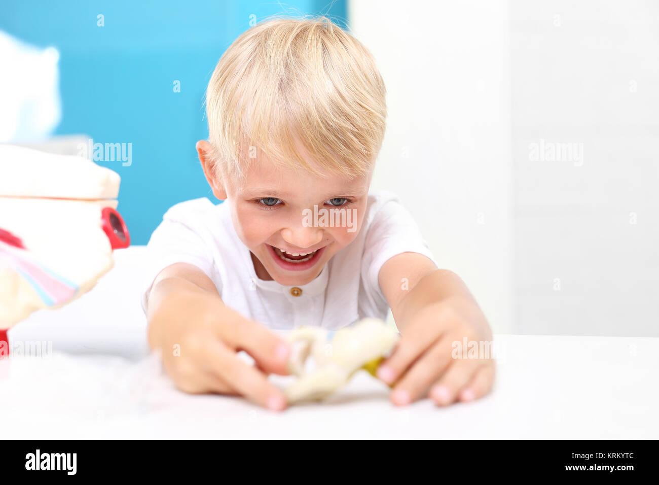 Lekcja anatomii. Budowa człowieka. Dzieci oglądają model ludzkiego serca. - Stock Image