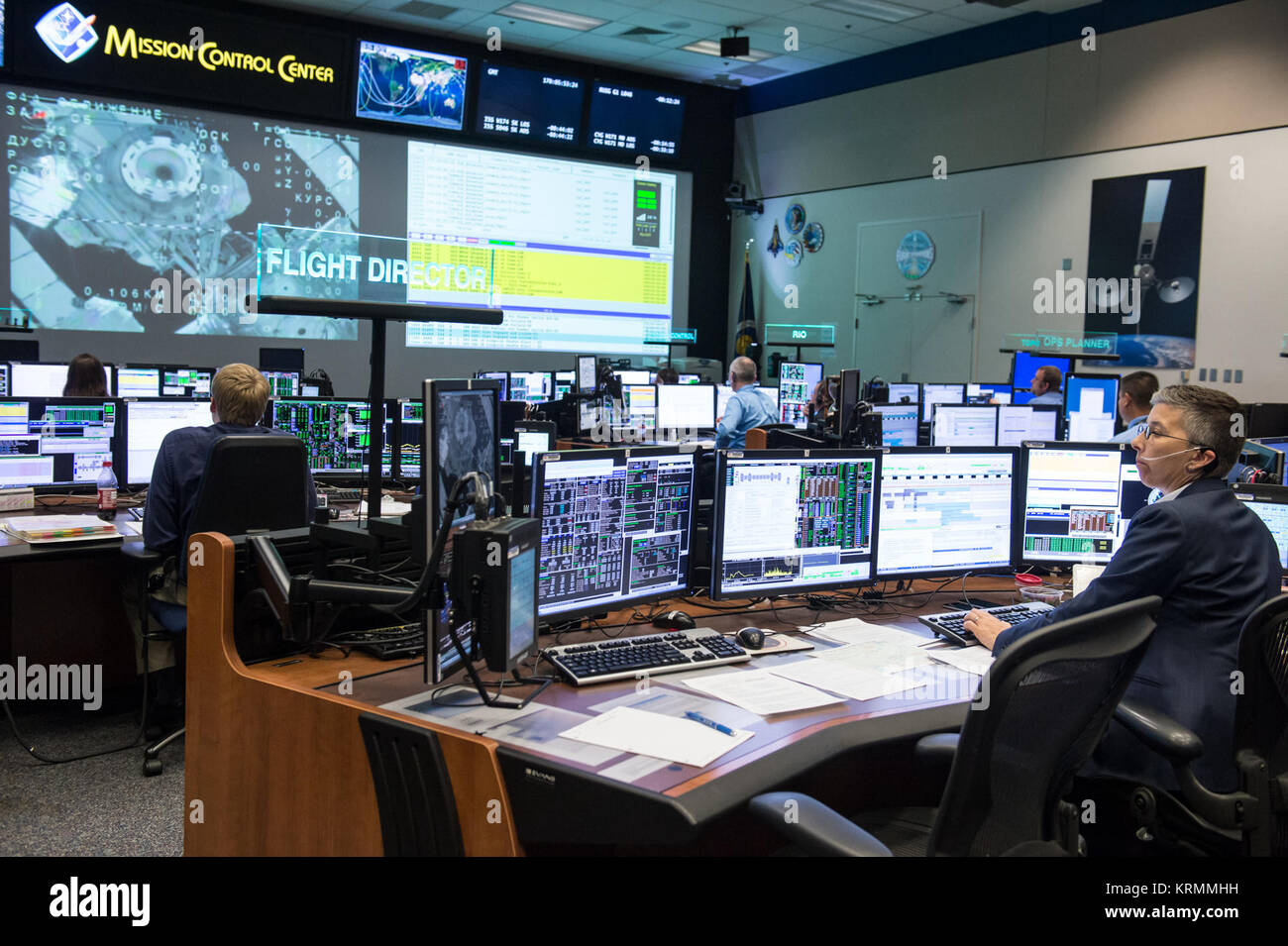 DATE: 6-18-16 LOCATION: Bldg. 30, WFCR SUBJECT: Expedition 47 flight controllers during undocking of the Soyuz TMA - Stock Image