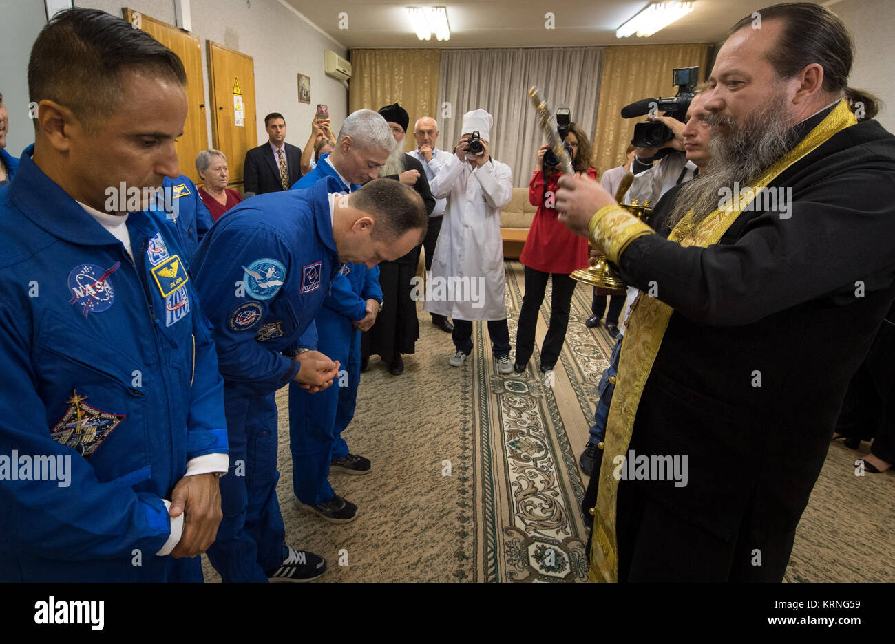 Russian Orthodox Priest, father Sergei, right, blesses Expedition 53 crewmembers Joe Acaba of NASA, left, Alexander - Stock Image