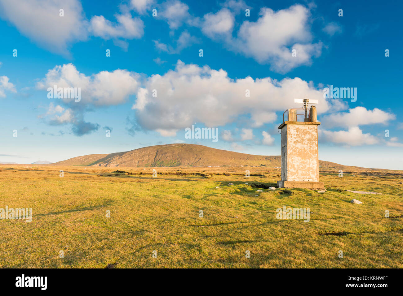 Lighthouse at Bloody Foreland, with Cnoc Fola (Knockfola, Hill of Blood) in the background, at the north-west tip - Stock Image