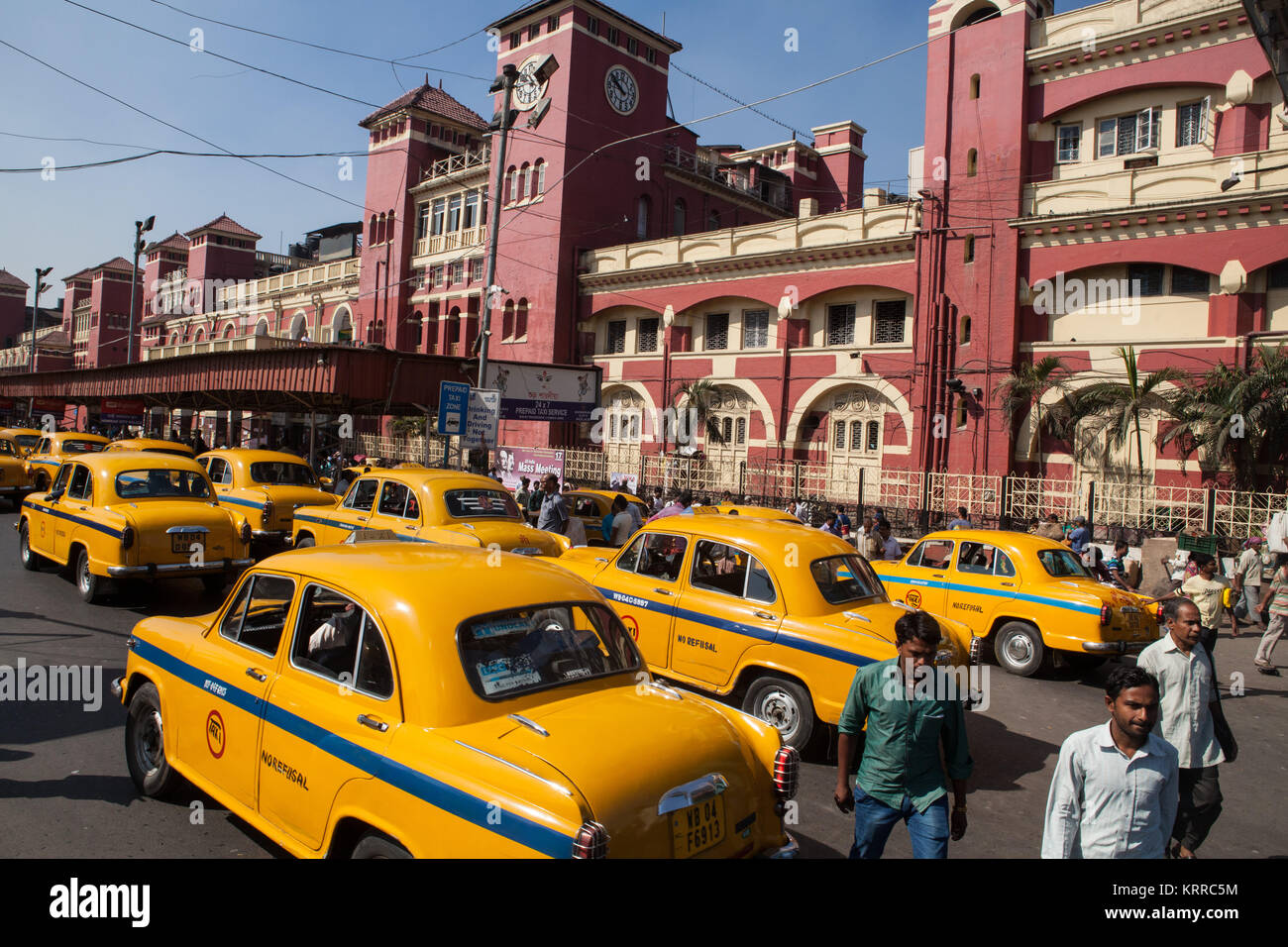 Taxis in front of Howrah Railway Station in Kolkata, India - Stock Image